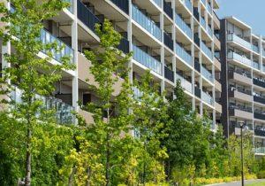 住宅街の大型マンション
