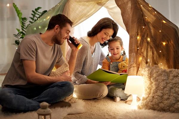 テントの中の家族