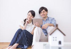 男女と家の模型