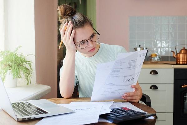 財政を見る女性