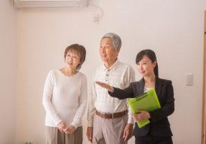 住宅を内見するシニア夫婦と不動産会社のビジネスウーマン