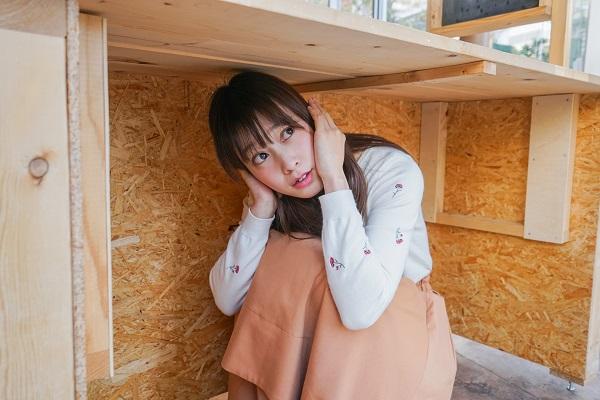 地震が発生し避難をする若い女性