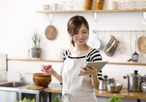 キッチンの若い主婦