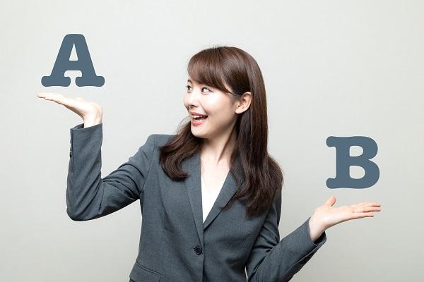 AとBを比べる女性