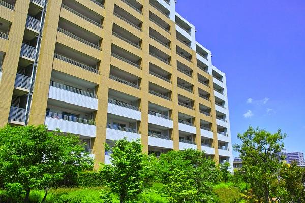 新緑のマンション