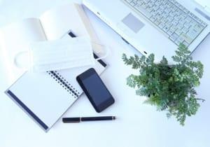 白いビジネス・イメージ(植物+マスク+ノートパソコン+スマホ)