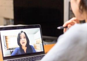 オンライン会議をする女性
