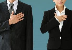 誓うスーツの男女