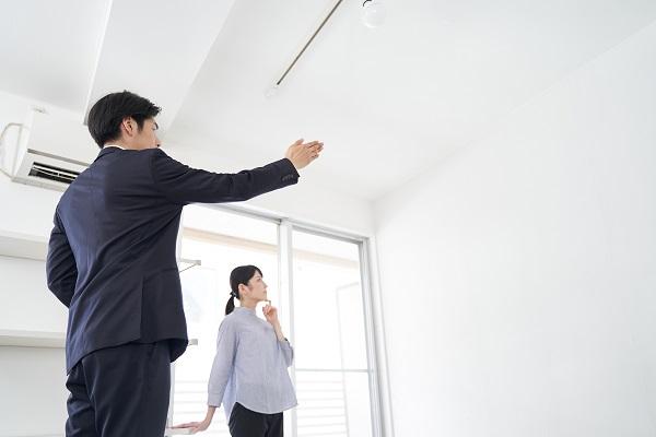 家の案内をする日本人男性不動産営業職