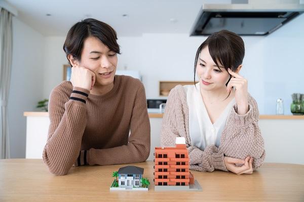 住宅とカップル