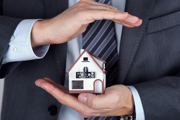 ビジネスマンと住宅
