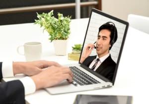 ビデオ通話をする男性