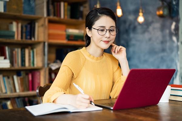 書斎の女性